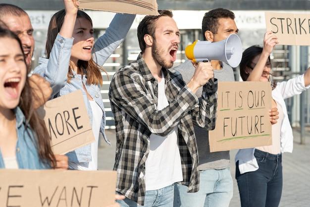Groep mensen samen demonstreren Gratis Foto