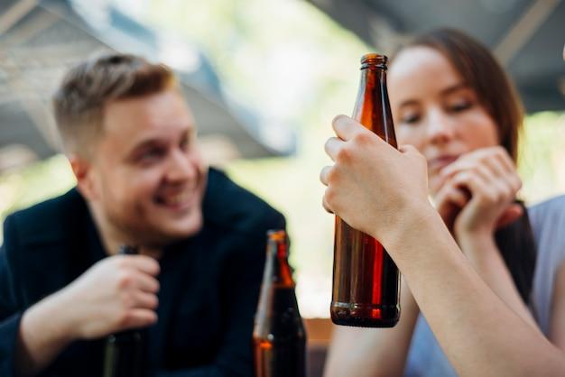 Groep mensen vieren alcohol drinken Gratis Foto