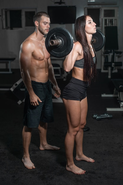 Groep met halter gewicht trainingsapparatuur op sport sportschool. Premium Foto