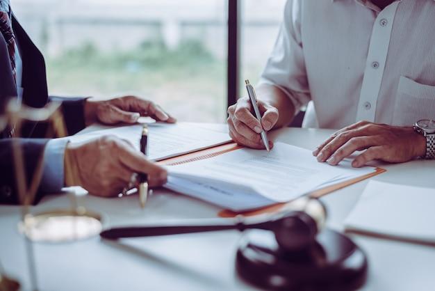 Groep middelbare leeftijd aziatische zakenmensen en advocaten bespreken en ondertekenen van een contract. Premium Foto