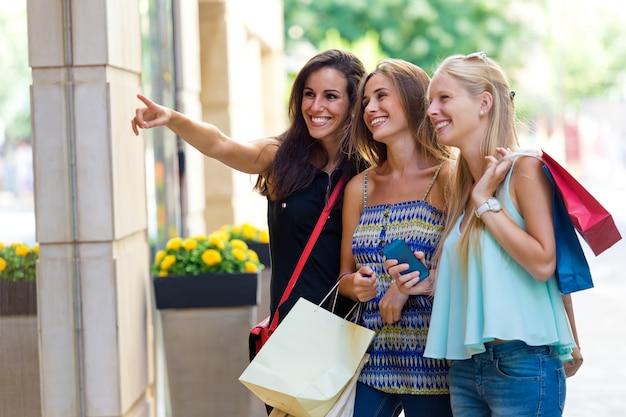 Groep Mooie Meiden Kijken Naar Het Winkelvenster Foto