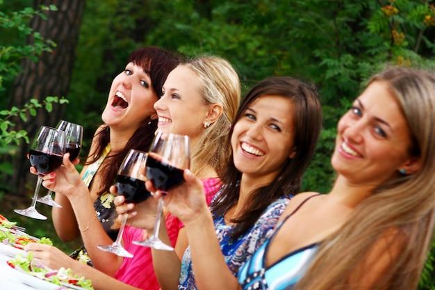 Groep mooie meisjes die wijn drinken Gratis Foto