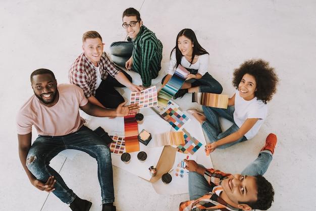 Groep ontwerpers op vergadering in bureau. Premium Foto