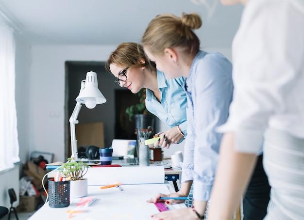 Groep partners die project in het bureau plannen Gratis Foto