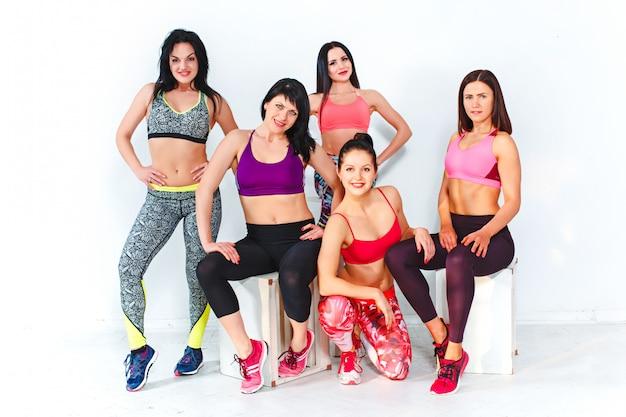 Groep poseren in een sportschool van een fitnesscentrum Gratis Foto