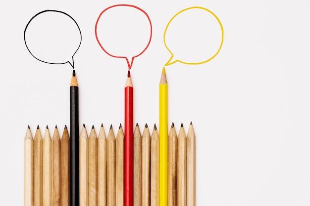 Groep potloden die idee op witte achtergrond, communicatie concept delen Premium Foto