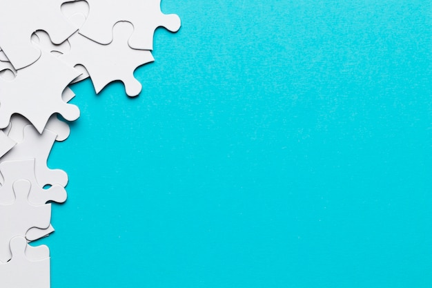 Groep puzzelstukken met exemplaar ruimteachtergrond Gratis Foto
