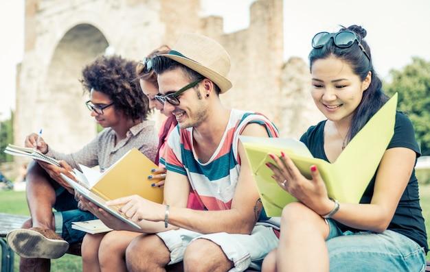 Groep studenten buiten studeren. Premium Foto