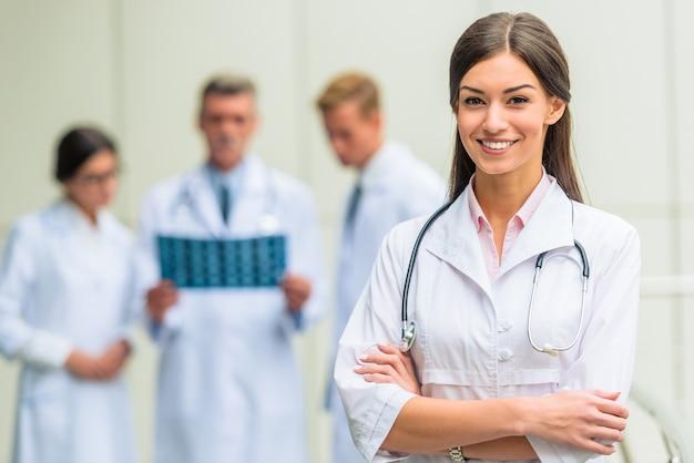 Groep succesvolle artsen in het ziekenhuis Premium Foto