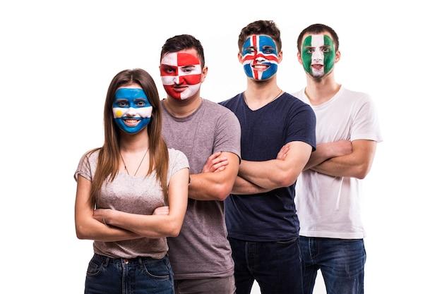 Groep supporter van argentinië, kroatië, ijsland, nigeria nationale teams fans met geschilderd gezicht Gratis Foto