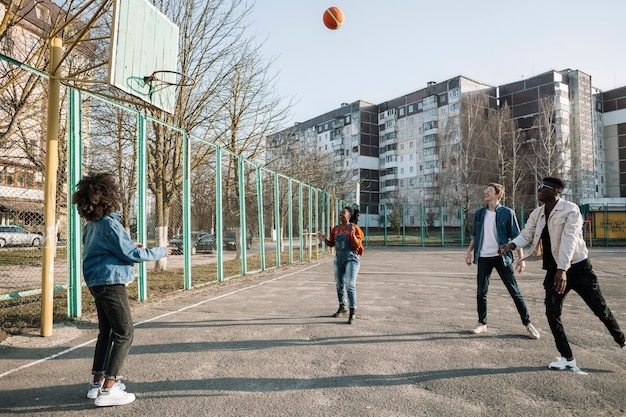 Groep tieners die samen basketbal spelen Gratis Foto