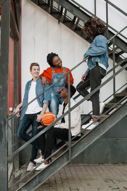 Groep tieners samen opknoping Gratis Foto
