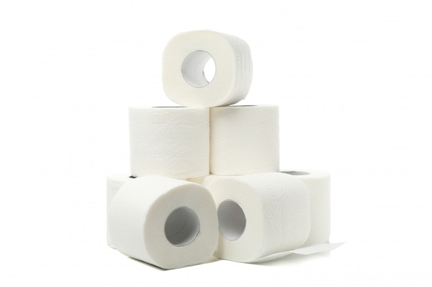 Groep toiletpapier dat op wit wordt geïsoleerd Premium Foto