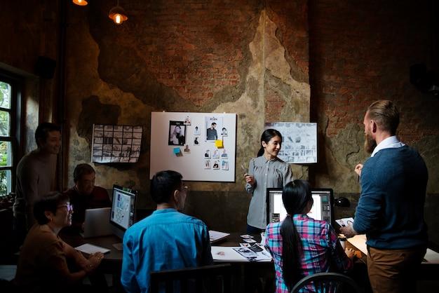 Groep van creatieve mensen werken en brainstormen samen Gratis Foto