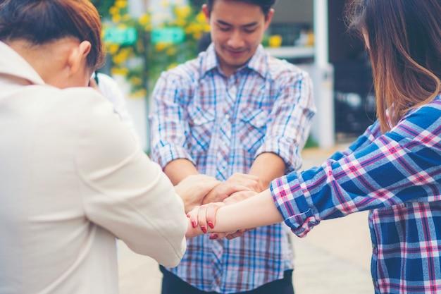 Groep van mensen uit het bedrijfsleven gekruist armen in stapel voor de overwinning. stapel handen. samenwerking concept Premium Foto