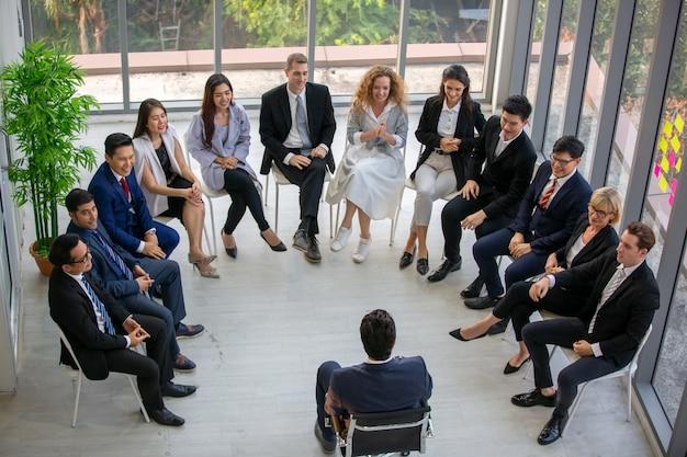 Groep van mensen uit het bedrijfsleven in business succesvol onderwijs op seminar Premium Foto
