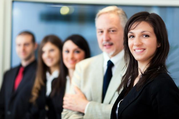 Groep van mensen uit het bedrijfsleven in een modern kantoor Premium Foto