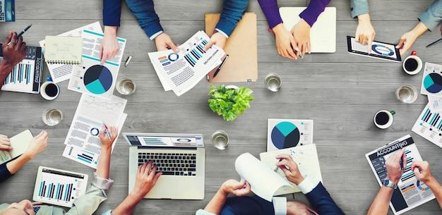 Groep van mensen uit het bedrijfsleven met een bijeenkomst Premium Foto