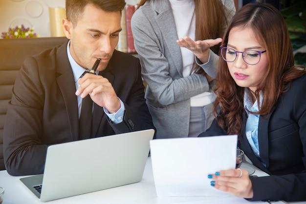 Groep van mensen uit het bedrijfsleven praten en discussie in de vergaderzaal. modern kantoor. Premium Foto