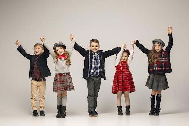 Groep van mooie meisjes en jongens die zich voordeed Gratis Foto