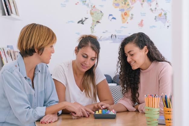 Groep van onafhankelijke vrouwen die werken met geheugenspellen voor kinderen Premium Foto