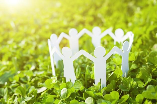 Groep van papier mensen hand in hand samen. concept van sociale hulp in groep. team concept Premium Foto