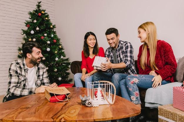 Groep van vier vrienden die elkaar schenken Gratis Foto