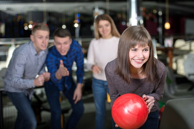 Groep van vier vrienden in een bowlingbaan plezier. Premium Foto