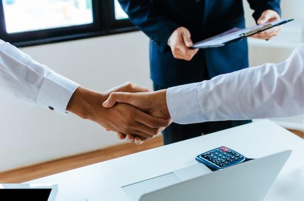 Groep van zakelijke mensen handdruk na het beëindigen van zakelijke bijeenkomst in de vergaderzaal op kantoor Premium Foto