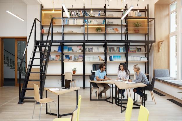 Groep van zakelijke partners op vergadering bespreken bedrijfswinsten, onderzoek doen, kijken door ompetieours werken op laptop. business, teamwork concept Gratis Foto