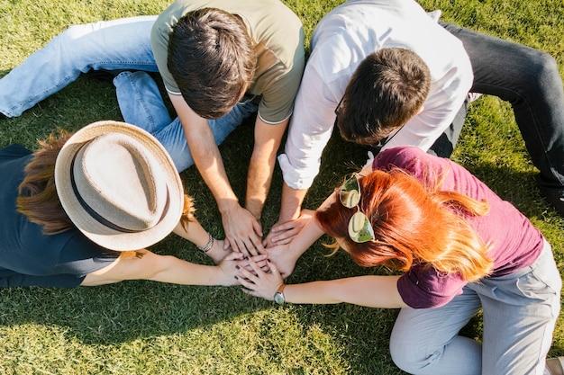 Groep volwassen vrienden die handen samenbrengen Gratis Foto