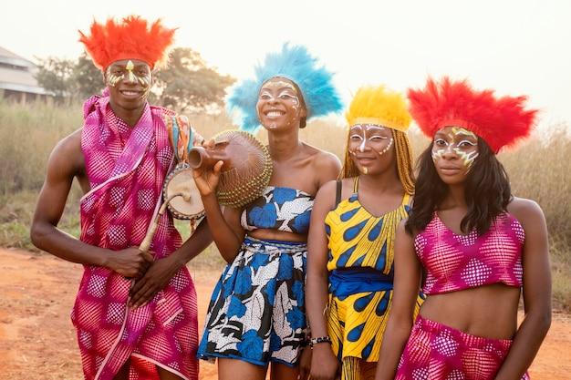 Groep vrienden bij afrikaans carnaval met kostuums Gratis Foto