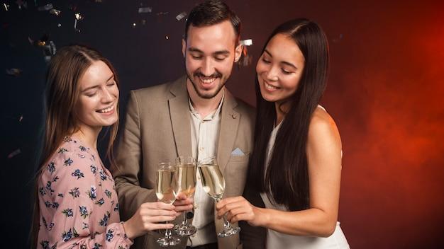 Groep vrienden die champagne drinken bij nieuwe jaren Gratis Foto