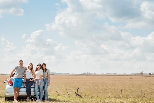 Groep vrienden die een wegreis doen Gratis Foto