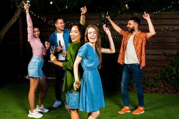 Groep vrienden die samen in openlucht dansen Gratis Foto