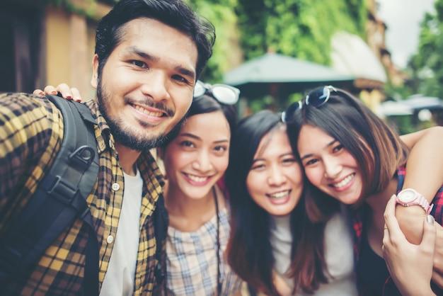 Groep vrienden die selfie in een stedelijke straat nemen die goede pret hebben samen. Gratis Foto
