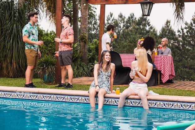 Groep vrienden die van de dag in een pool genieten Premium Foto