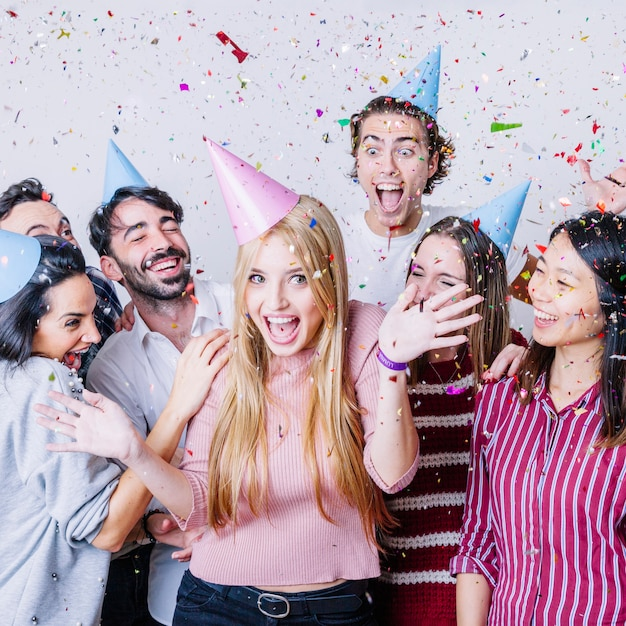 Groep vrienden die verjaardag met confettien vieren Premium Foto