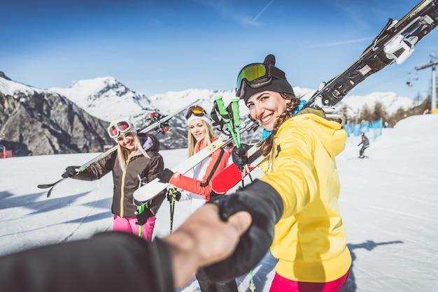 Groep vrienden gaan skiën op de alpen Premium Foto