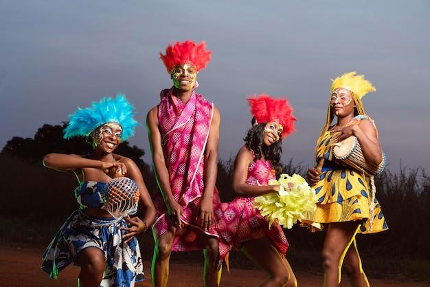 Groep vrienden gekleed voor carnaval Premium Foto