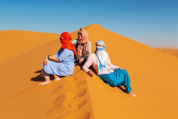 Groep vrienden in de saharawoestijn. Premium Foto