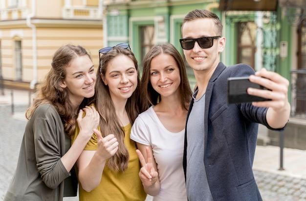 Groep vrienden nemen selfie Gratis Foto