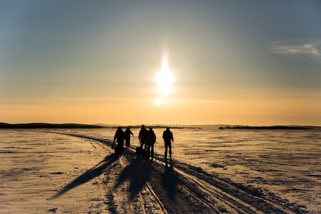 Groep vrienden op ski-expeditie Premium Foto