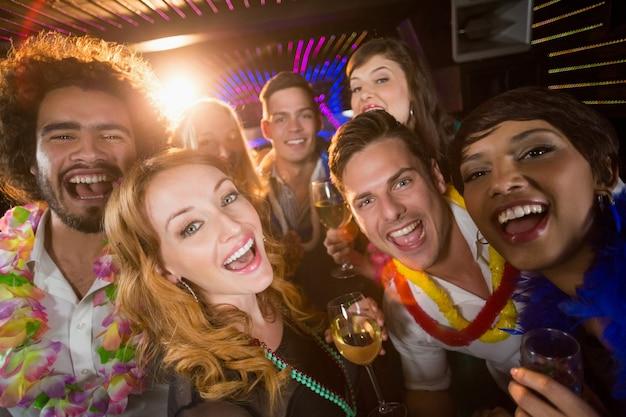 Groep vrienden plezier in de bar Premium Foto