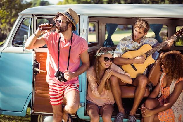 Groep vrienden plezier op muziekfestival Premium Foto