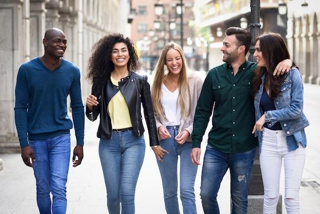 Groep vrienden plezier samen in openlucht Gratis Foto