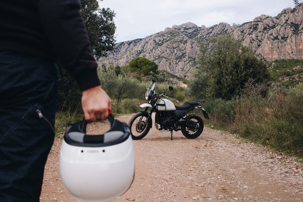 Groep vrienden rijden motorfietsen in het bos Gratis Foto