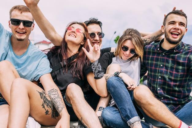 Groep vrienden samen plezier maken Gratis Foto