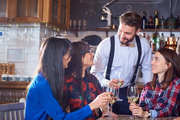 Groep vrienden zijn partij met plezier chatten met een bril Premium Foto