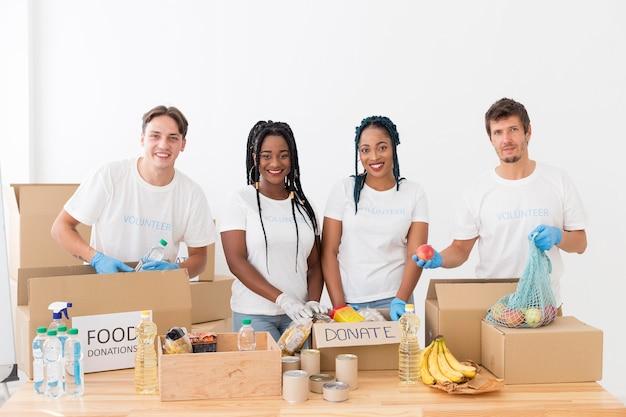Groep vrijwilligers die voor schenkingen zorgen Gratis Foto